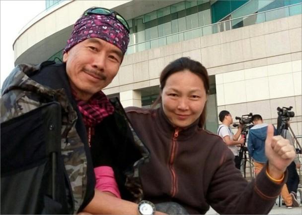 """""""金轮法王""""自曝与太太相识40年:老夫老妻新婚"""