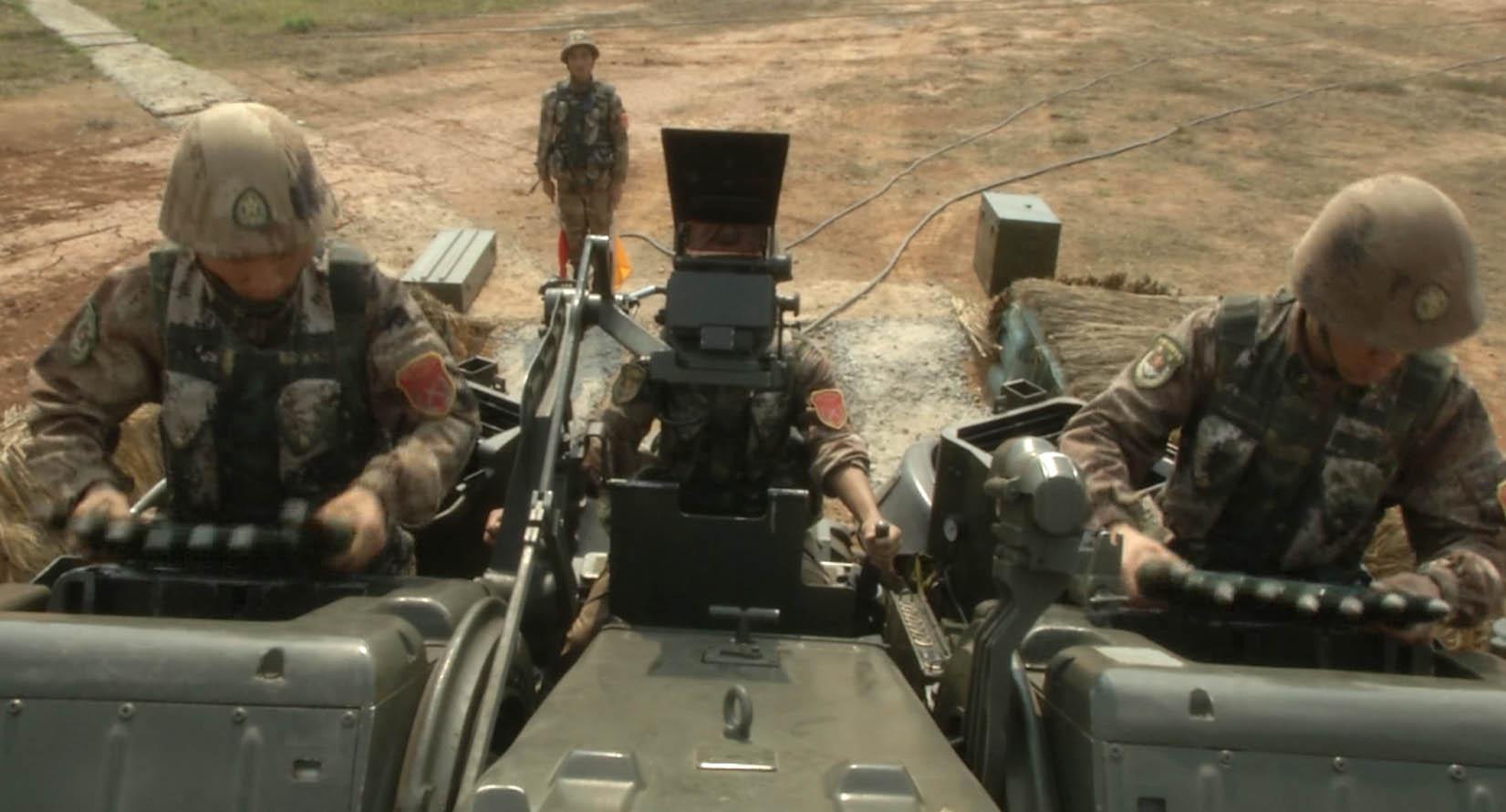 中国解放军今天在中缅边境实弹演习 (组图)