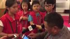 小记者尖锐提问难倒大学校长:始终低头玩手机