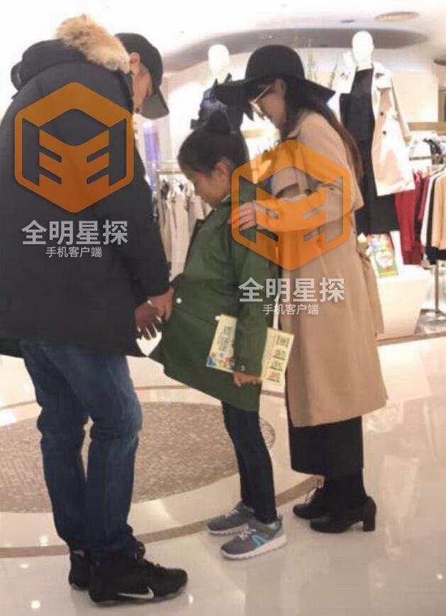 """""""尔豪""""高鑫被曝与王一楠离婚 携神秘女陪女儿逛街"""