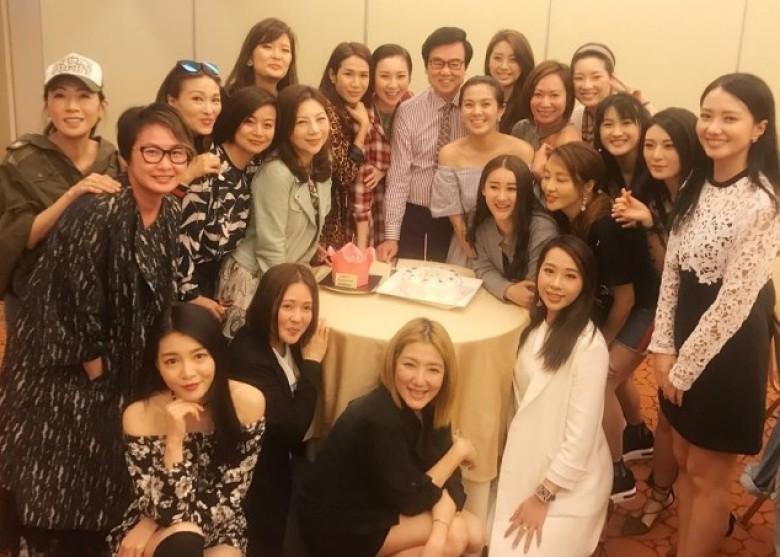 黄百鸣派对庆祝71岁大寿 身边21位美女环绕