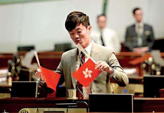 香港侮辱国旗议员被捕 一旦入罪或失去立法会议席