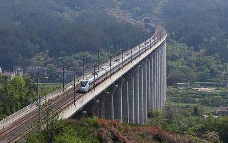 中国高铁第一跨64轮悬空 900吨桥梁瞬间对接成功