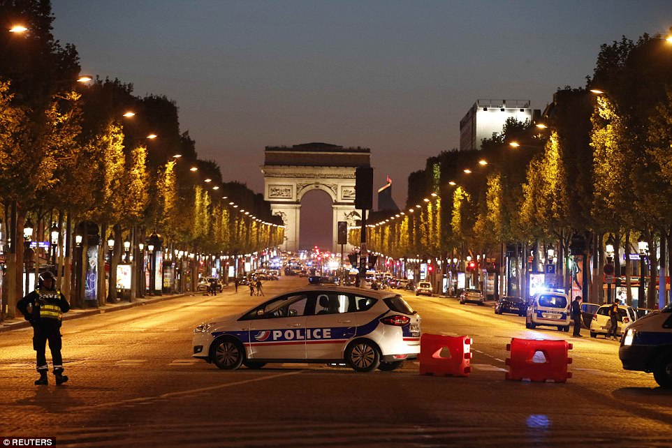 警察枪口下,游客高举双手离开