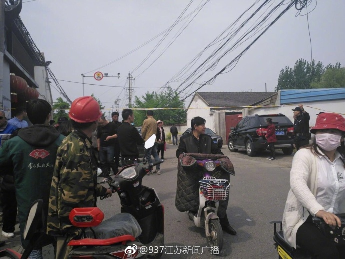 江苏扬州:一人拿刀捅伤四五人 两人当场身亡