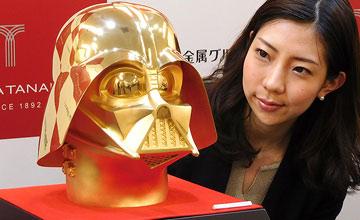 日本打造纯金黑武士头盔 重30斤售价965万