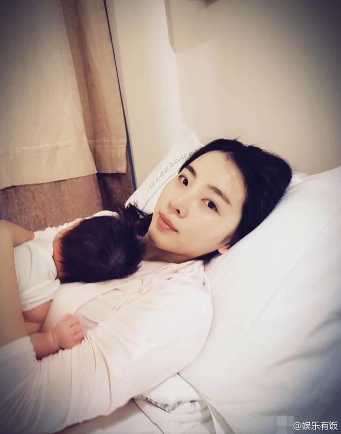 李思思二胎儿子首曝光 趴妈妈胸口安逸休息