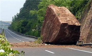"""高速""""天降""""150吨巨石 路面被砸出大坑"""
