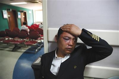 保安劝宾利女司机挪车 被6名男子围殴打得满脸血