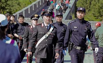 意大利警察在长城巡逻 不携带武器
