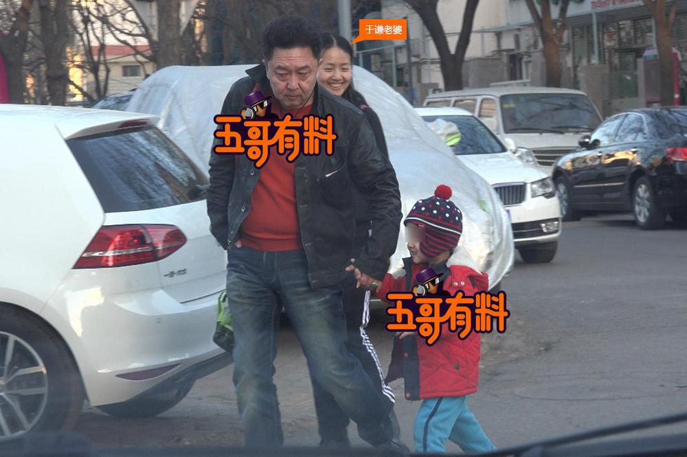 相声演员于谦二胎儿子疑曝光 夫妻俩温馨接放学(图)