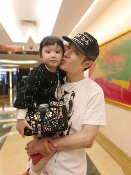 张丹峰抱着女儿献吻 彤彤臭美抢妈妈包背