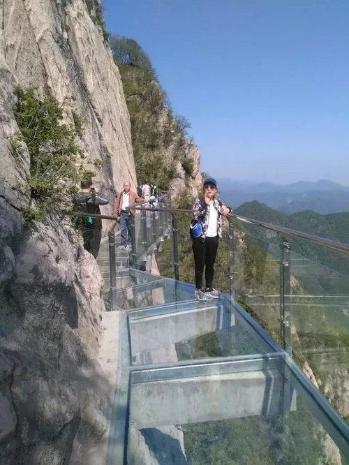 旅游  新老景点竞相出彩 嵩县白云山景区增加了玻璃栈道,珍奇动物园