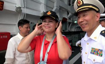 """杜特尔特之女登长春舰 戴上""""八一""""海军帽"""