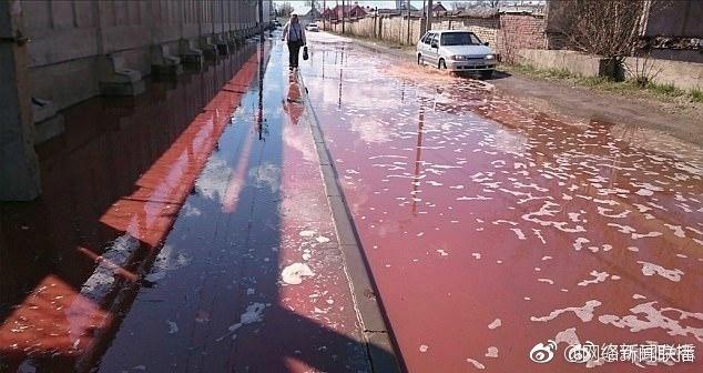列别姜市百事工厂约300平米房顶坍塌2800万升果汁喷涌流满街道1
