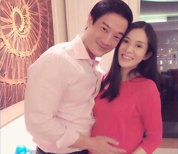 杨采妮晒双胞胎儿子手脚照片:每次抱起都想亲一口