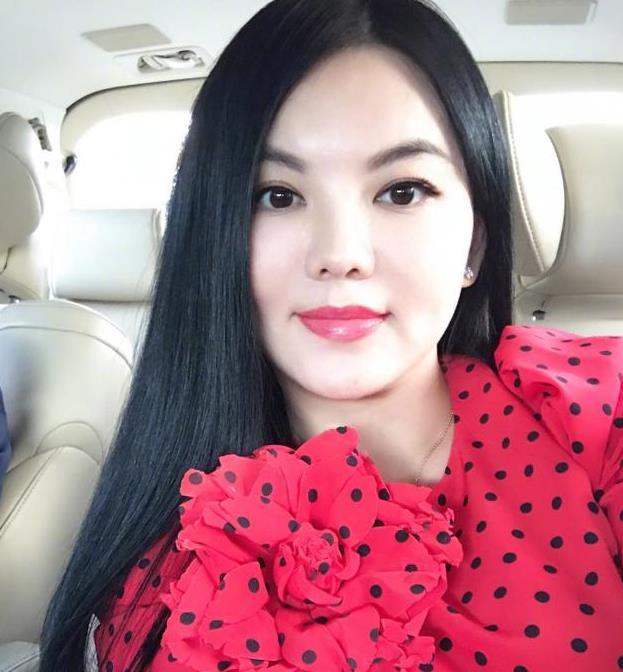 李湘晒照自称主妇 红唇艳抹贵妇气质十足