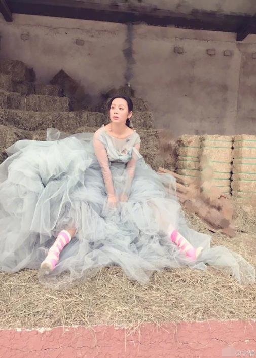 宁静坐草堆穿长裙似仙女 感叹生活不完美也要尽力