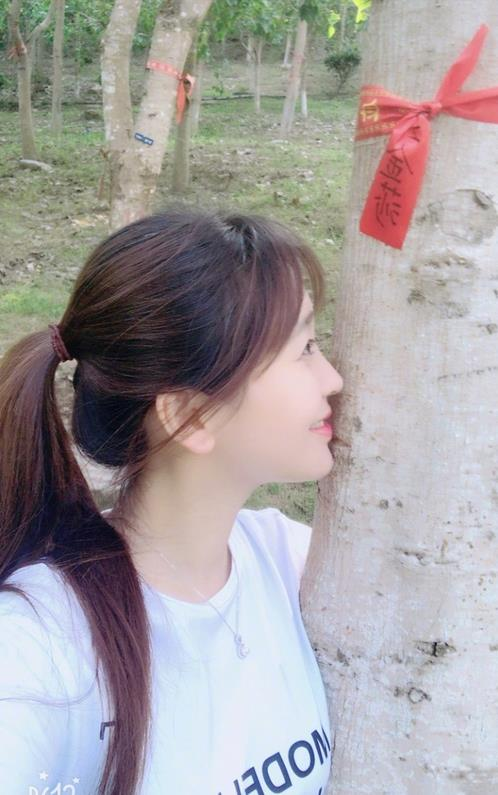 金莎为菩提树浇水祈福 亲吻树干神情温柔(图)