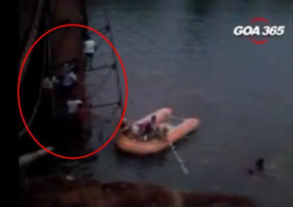 阿三民众桥上围观自杀致桥坍塌 1死30失踪