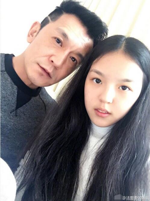 哈文晒李咏与女儿合影 潘长江:右边的女孩儿俊