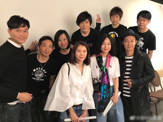 袁咏仪张智霖为五月天演唱会捧场 后台合影超友爱