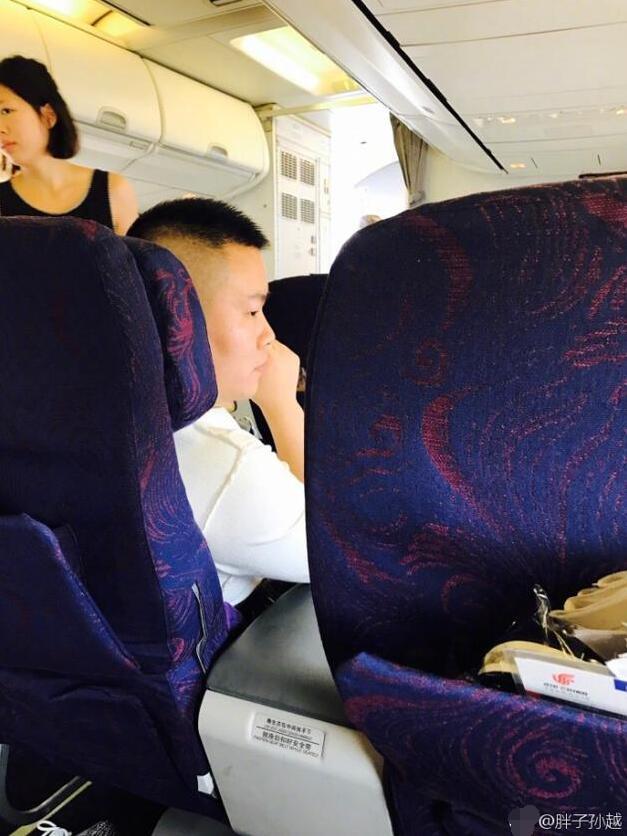 小岳岳遭偷拍脸依旧很大 潘长江:能拍个帅点的吗