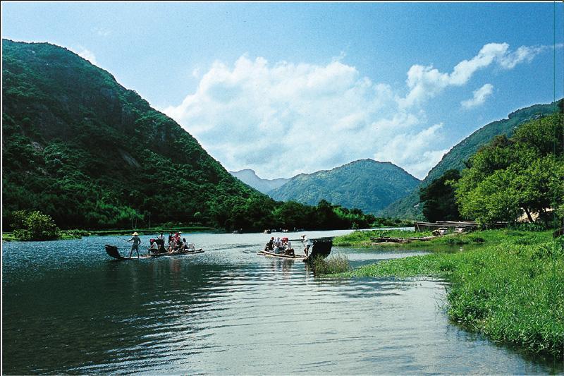 佛缘谷漂流景区风景众多,全程风光秀丽,水质清澈,古朴原始,浪漫悠闲
