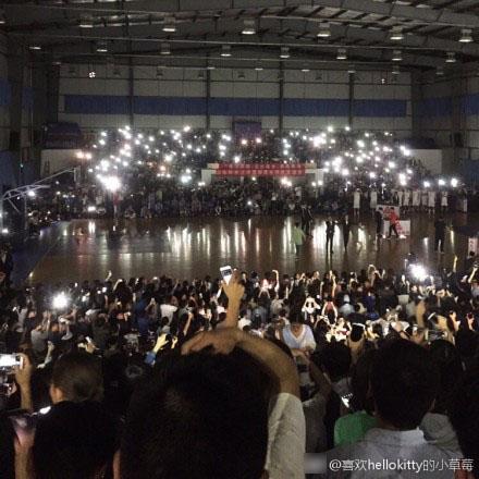 数千人观看篮球赛时突停电现场