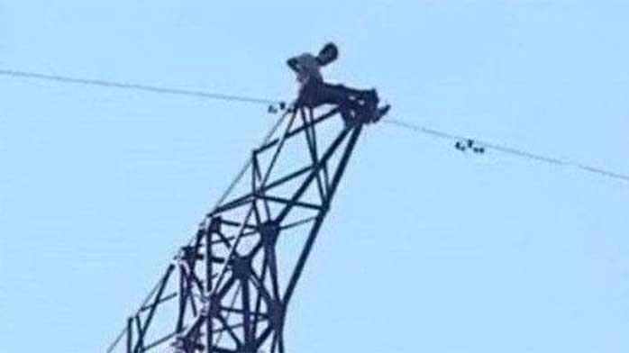 少年爬25米高压电塔自拍 引发爆燃成火人