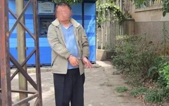 """小学生正玩""""王者荣耀"""" 却被胖大叔骗走手机"""