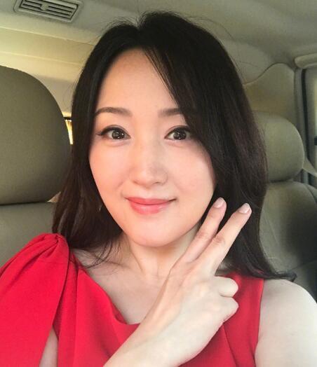 """杨钰莹助力高考 称所穿红裙子是""""高考红"""""""