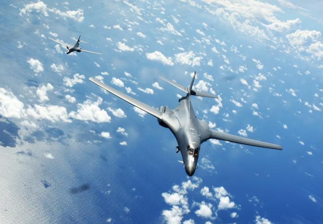 美两架B-1B战略轰炸机飞越南海 中国国防部回应