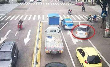 红绿灯路口 为什么右转也能被扣分罚款?