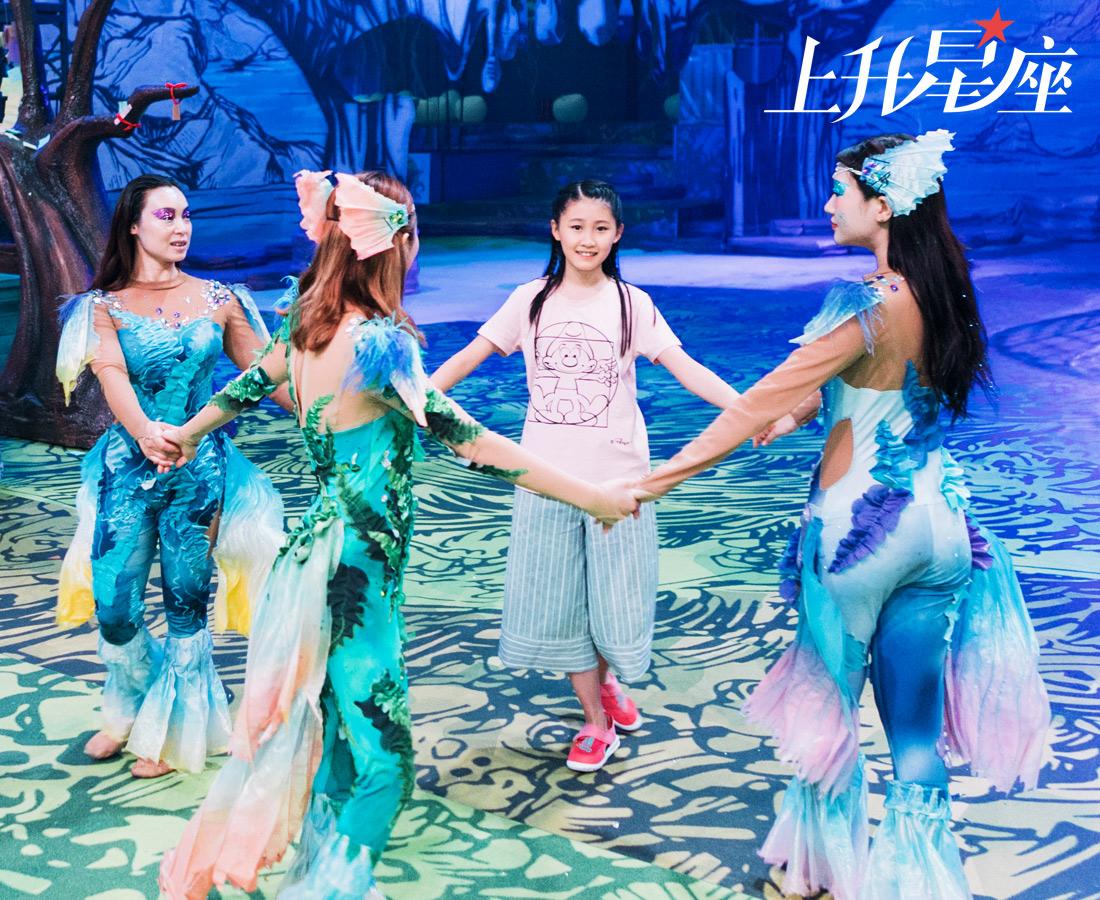 演出结束后,JuoJuo舍不得离开,还缠着美人鱼姐姐姐一起转圈圈。