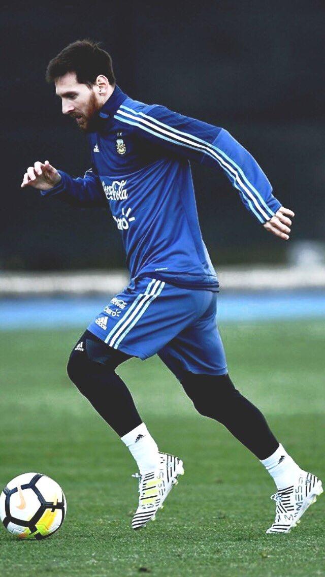 梅西踢球简笔画