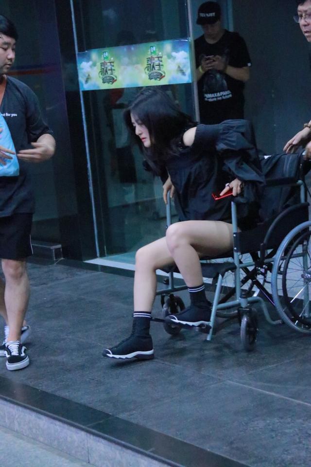 谢娜坐轮椅坚持录节目 神态憔悴站起需人搀扶