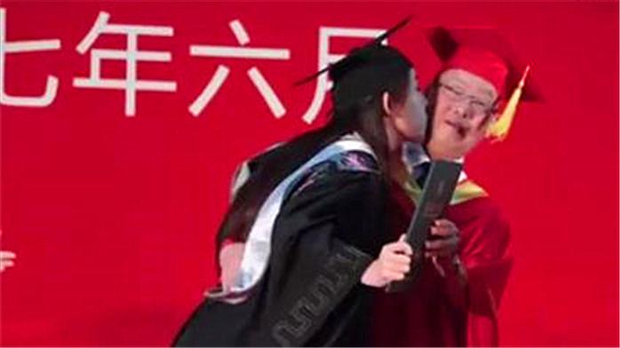 女大学生毕业礼上亲校长