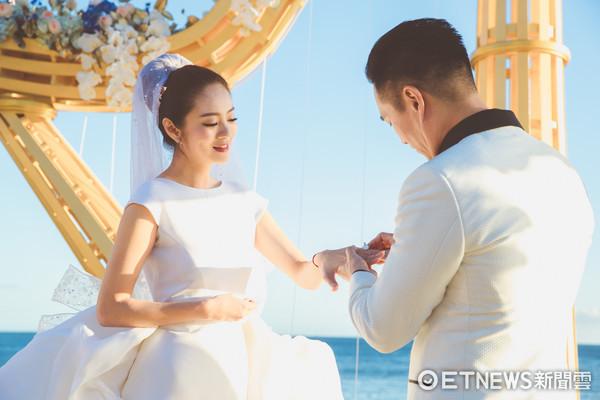 安以轩婚礼邀请卡曝光星光熠熠 3套婚戒约1亿元