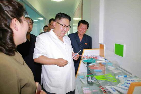 金正恩参观牙刷厂:保证人民健康长寿 我很高兴