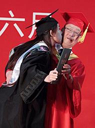 女大学生亲吻校长