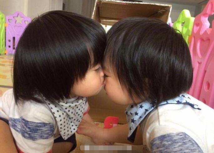 林志颖双胞胎儿子亲昵萌照 哥俩互动超有爱