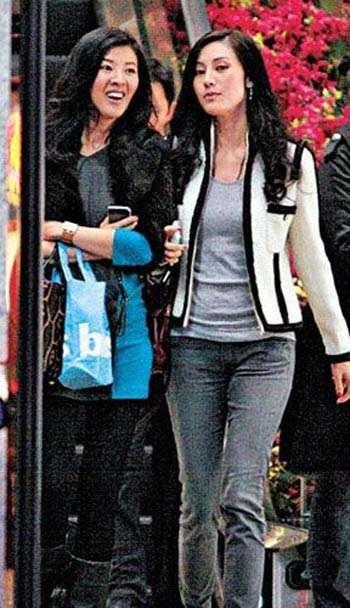 李嘉欣与姐姐相约逛街 经常见面还有聊不完的话题