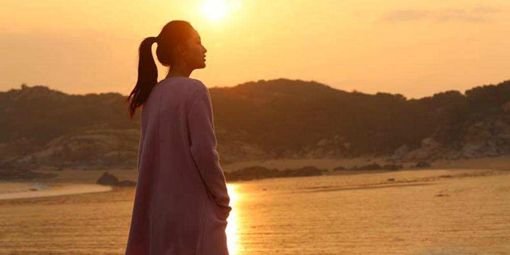 李沁曝海边写真 夕阳下漫步恬静动人