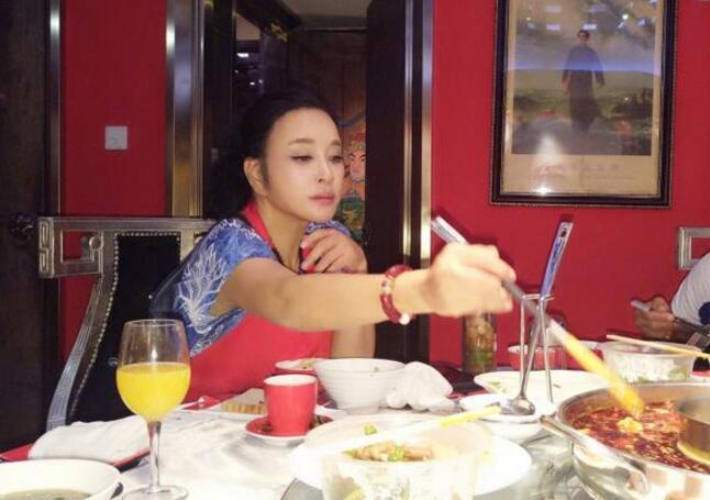 刘晓庆吃麻辣火锅 网友:嘴唇都不像亲生的了(图)