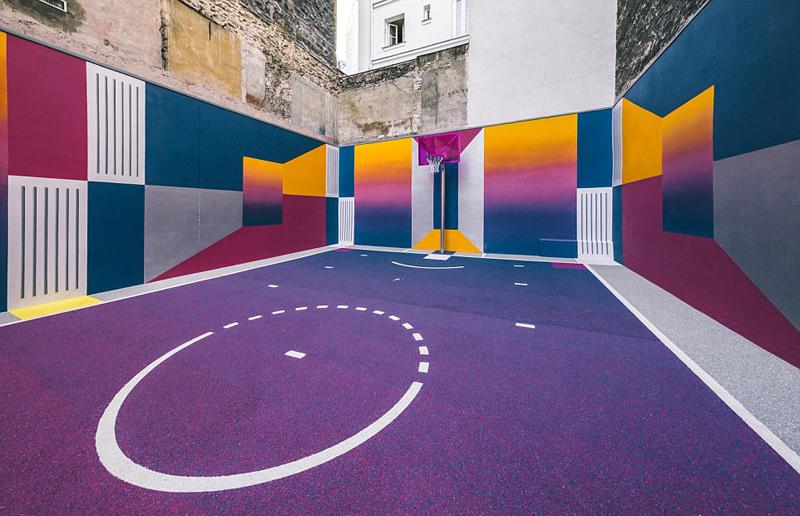 楼间彩色篮球场