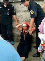 女子持刀连砍两人 被砍人满脸是血