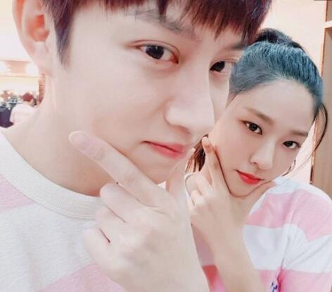 金希澈和AOA雪炫-希澈雪炫穿情侣服 猫耳自拍超级可爱