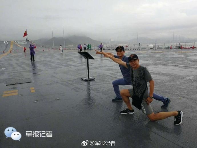 大雨无法阻挡参观航母热情  民众模仿航母style