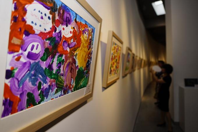 """专家评委将从100幅作品中选出30幅参与国际文化艺术交流 据了解,继国中美术馆的画展之后,由荷兰梵高之家、红黄蓝教育机构、北京国中美术馆携手打造的""""寻找小梵高""""国际儿童画展将于8月4日-7日在荷兰梵高之家举办,届时这100幅作品中将选出30幅参与国际文化艺术交流。"""